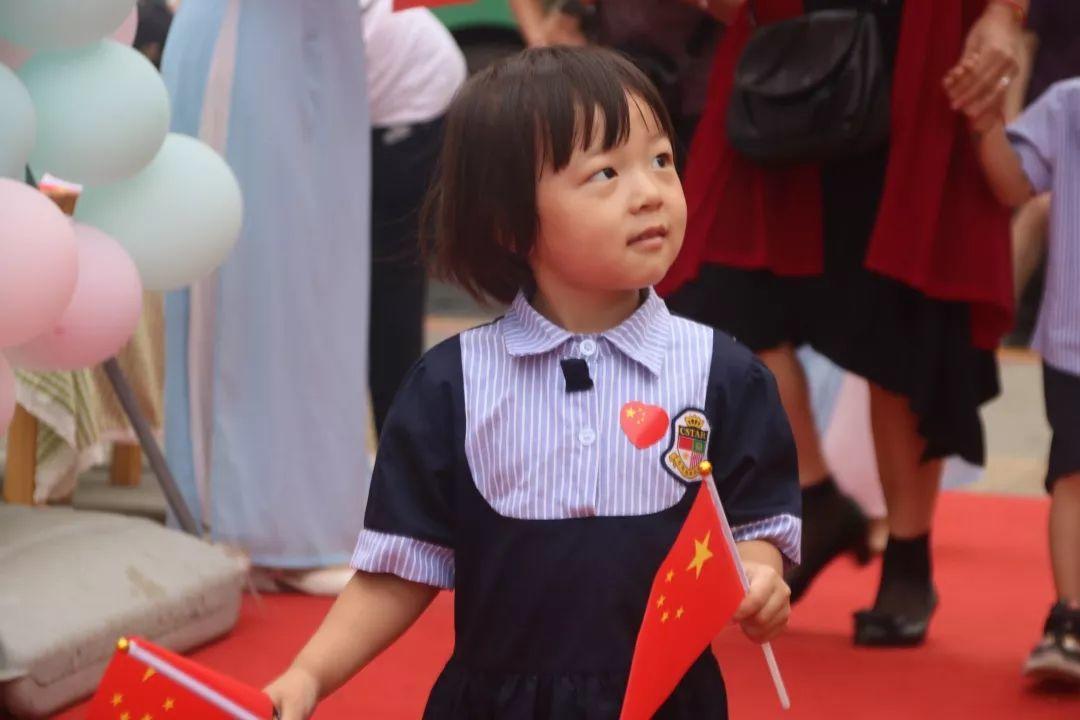 我和国旗同框,庆祖国70华诞——西斯达大树幼儿园隆重举行开学典礼